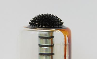Magnetische Flüssigkeit wird von Magneten festgehalten.