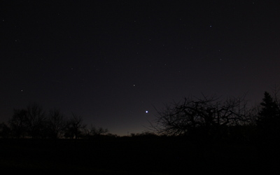 Die strahlend helle Venus als Abendstern im Westen mit ihrem Gefährten Mars links oberhalb