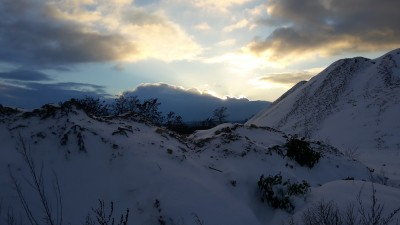 Mit dem Schnee sieht er fast wie ein richtiger Berg sieht aus, unser blauer Hügel...