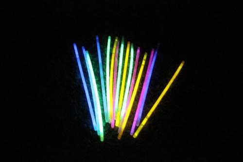Die Martinszugkinder hatten auf dem Weg ein paar Leuchtstäbe liegen lassen...